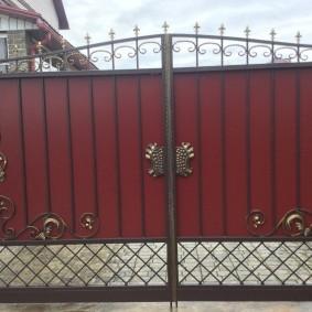 Кованный декор на створках ворот