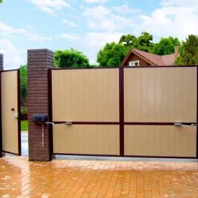 Светло-коричневая плитка перед калиткой и воротами