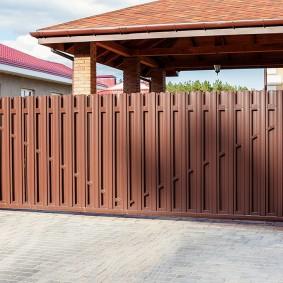 Сдвижные ворота из оцинкованного штакетника