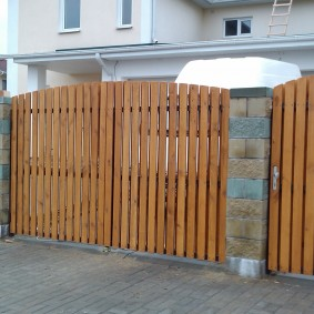 Лакированные доски на въездных воротах