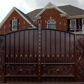 Темно-коричневые ворота с элементами ковки