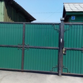 Зеленый профнастил на дачных воротах