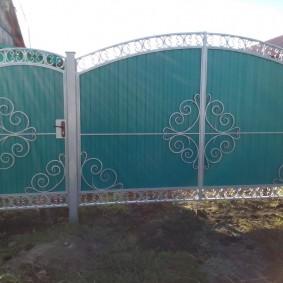 Дворовые ворота на серых столбах