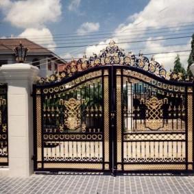 Красивые ворота с ручной ковкой