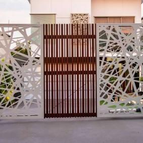 Стильные ворота из комбинированных материалов