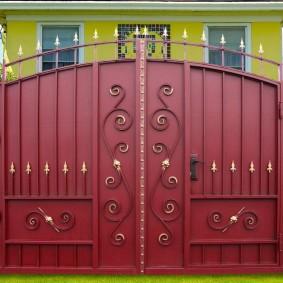 Ворота с калиткой из листового металла