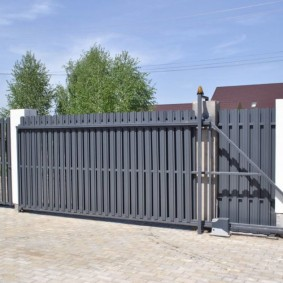 Консольные ворота во дворе частного дома