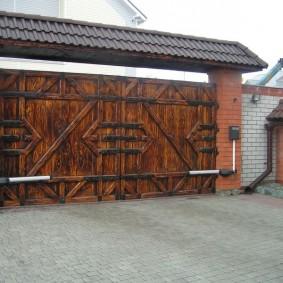 Широкие ворота из массива сосны
