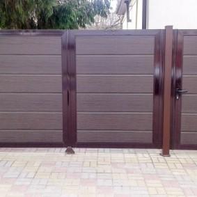 Распашные ворота из широких панелей