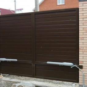 Распашные ворота в кирпичном заборе