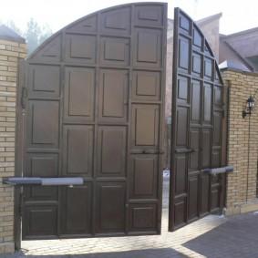 Кирпичный забор с воротами распашного типа