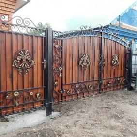 Новые ворота в старом заборе