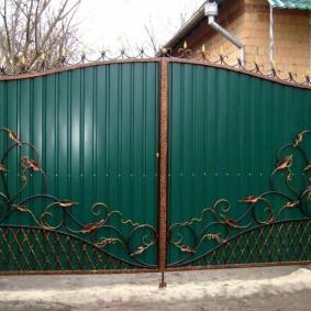 Классические ворота на дачном участке