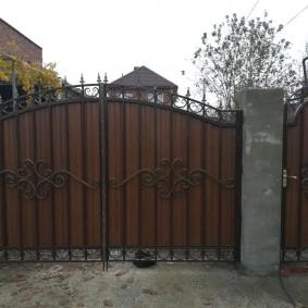 Новые ворота на старых столбах
