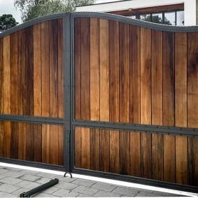 Обожженные доски на воротах загородного участка