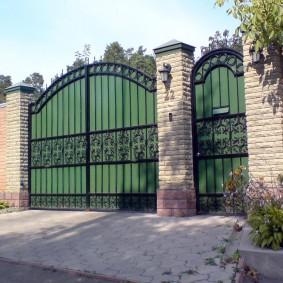 Металлические ворота в кирпичном заборе