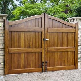 Металлические засовы на деревянных воротах