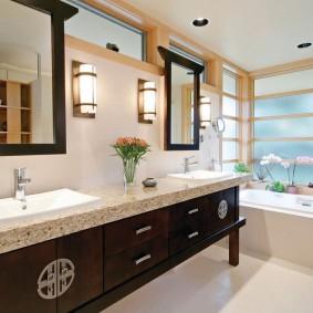 Просторная ванная с окном в стене