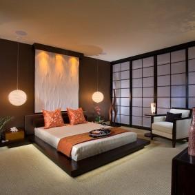 Освещение просторной комнаты с белым потолком
