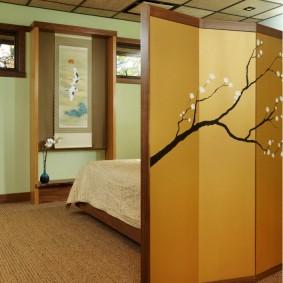 Рисунок сакуры на стене в прихожей