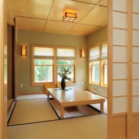 Светильник из рисовой бумаги на потолке комнаты