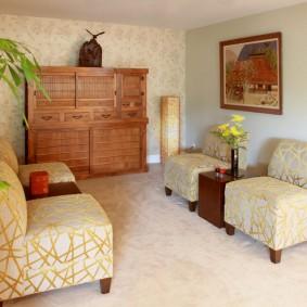 Небольшая комната с комодом из дерева