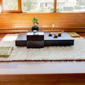 Белый ковер на деревянном полу