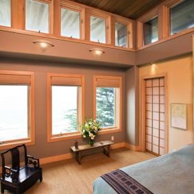 Спальная комната с большим количеством окон