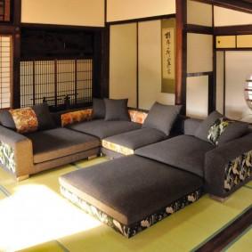 Зона отдыха с низкими диванами