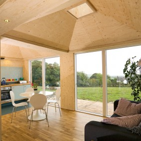 Просторная кухня-гостиная с панорамными окнами