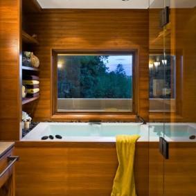 Интерьер ванной с окном в стене