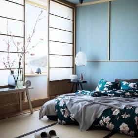 Цветочный рисунок на покрывале в спальне