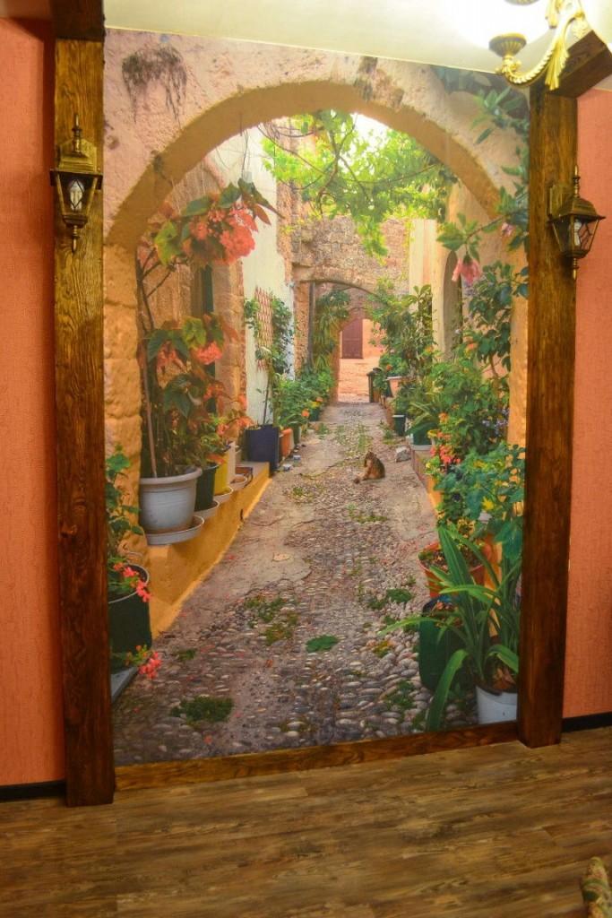 Узкая улочка старинного города на обоях в коридоре