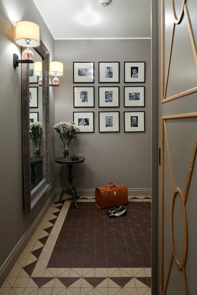 Зеркало в раме на стене коридора г-образной конфигурации