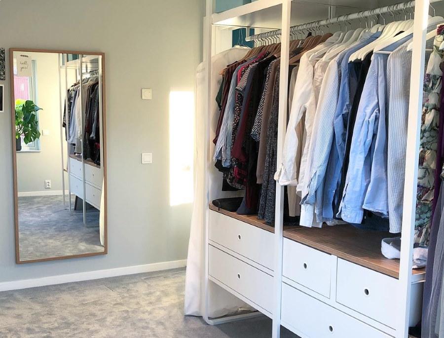 Открытая гардеробная с ящиками для белья