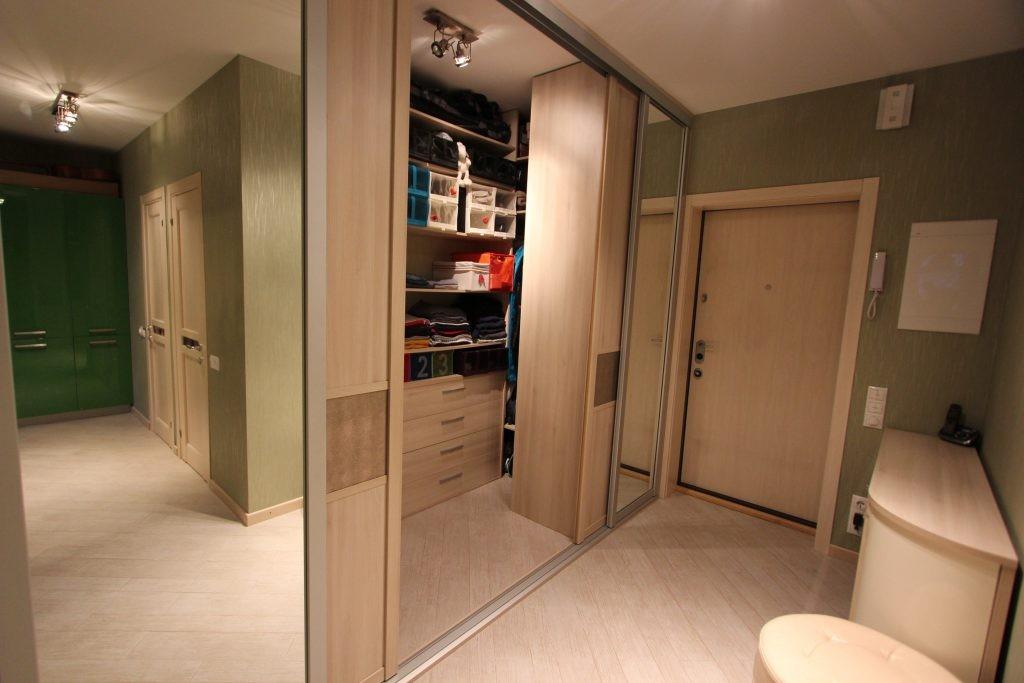Гардероб с раздвижными дверями в современной прихожей