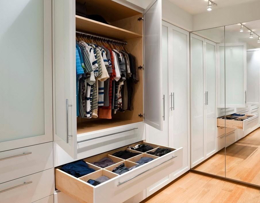 Хранение одежды и вещей в гардеробной хрущевки
