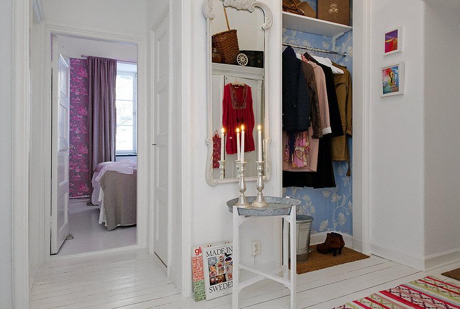Встроенная гардеробная в нише стены в прихожей