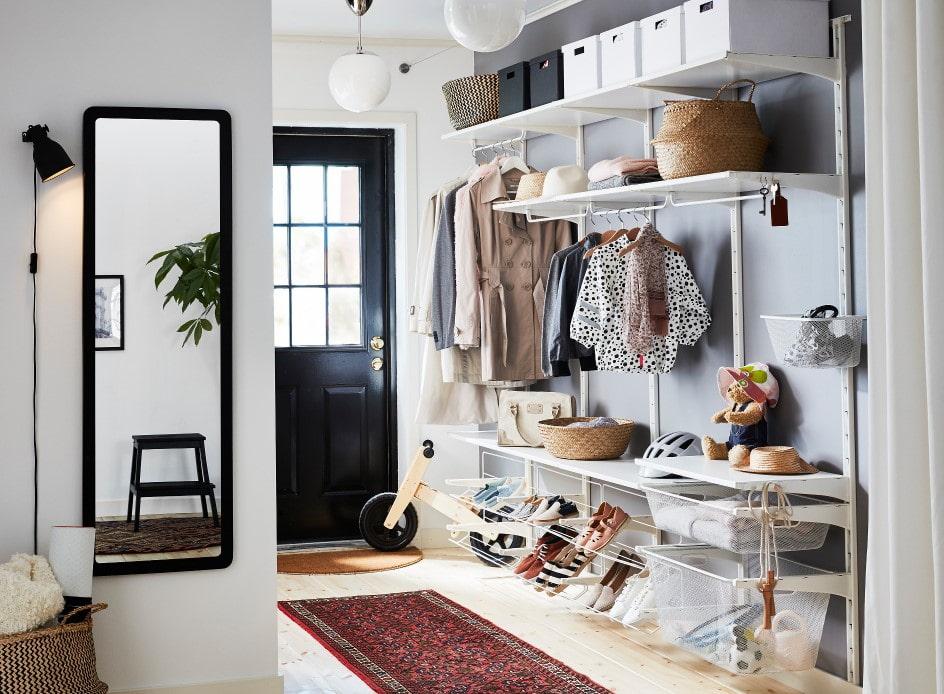 Оформление открытой гардеробной в коридоре частного дома