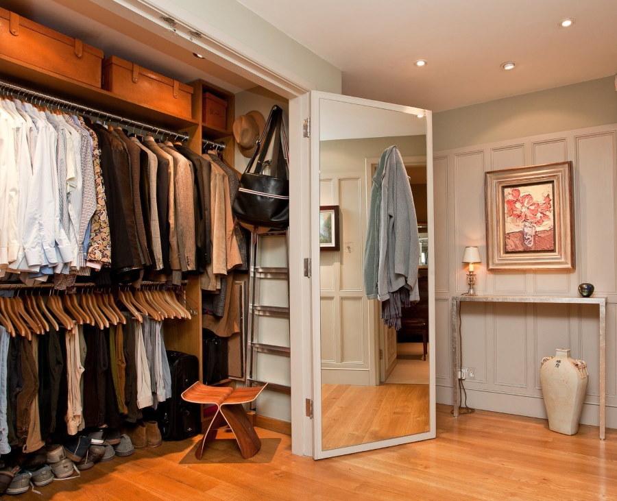 Удобная гардеробная в просторной прихожей