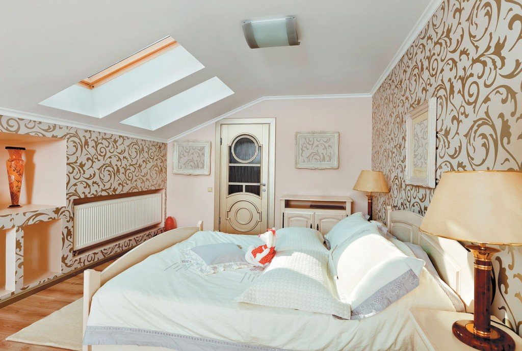 Отделка обоями стен в мансардной спальне