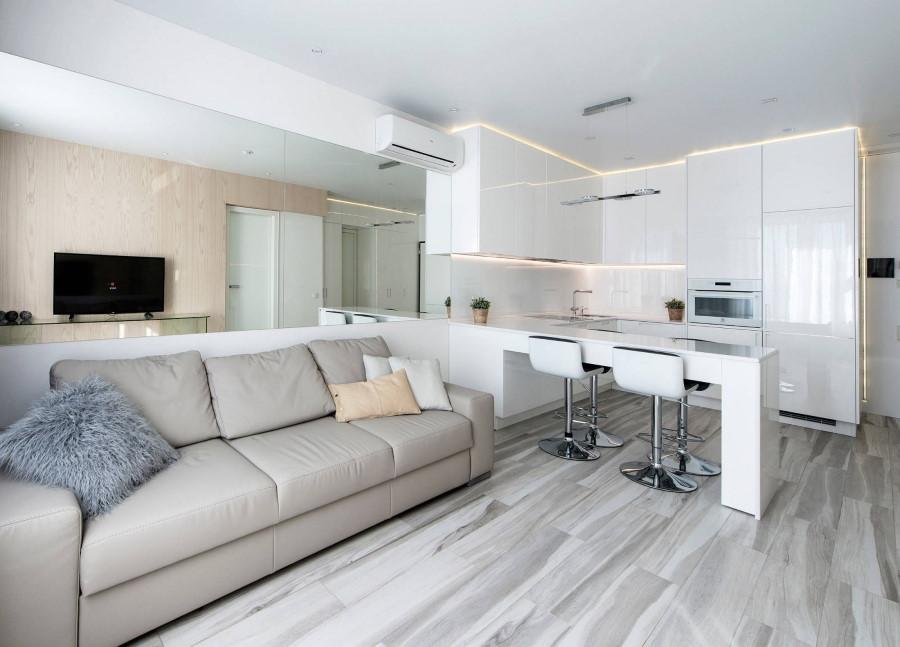 Белая мебель ч глянцем в однокомнатной квартире