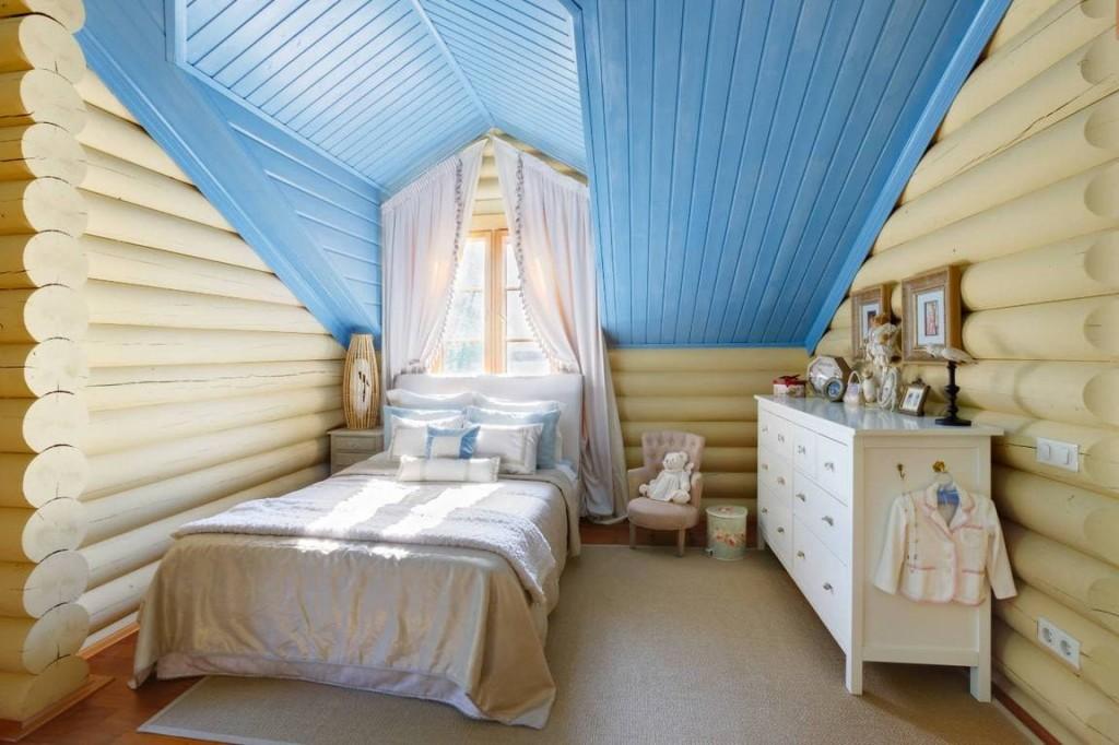 Голубой потолок в детской спальне на мансарде