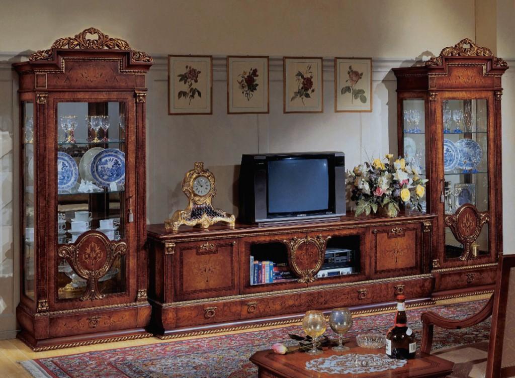 Горка из дерева в классическом стиле интерьера зала