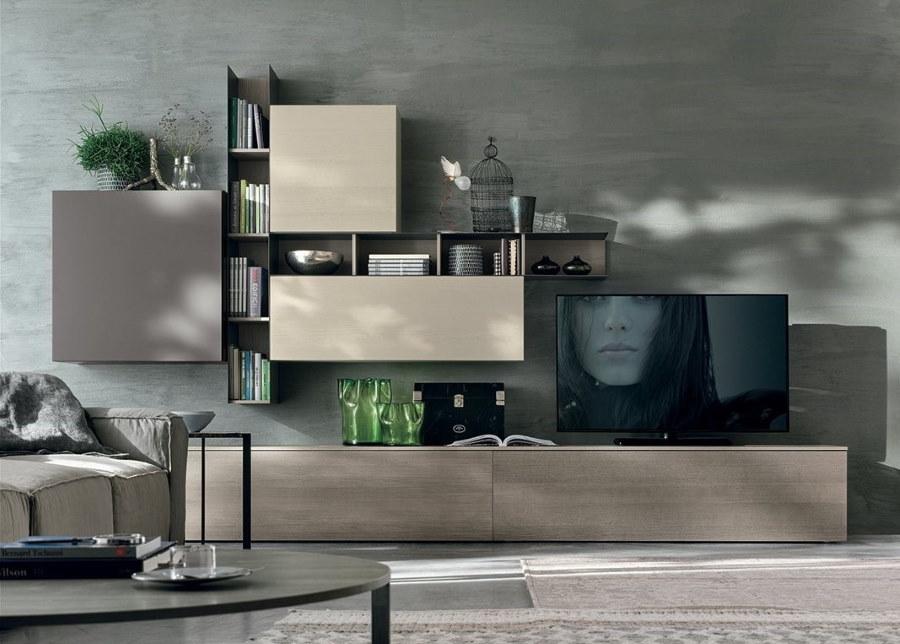 Стенка-горка темного цвета в интерьере зала