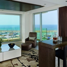 гостиная с двумя окнами дизайн
