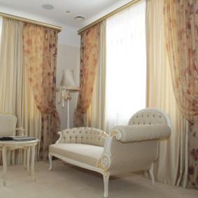 гостиная с двумя окнами фото декора