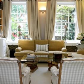 гостиная с двумя окнами идеи декора
