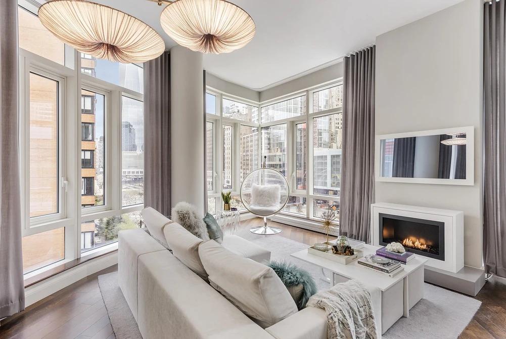 гостиная с двумя окнами варианты дизайна