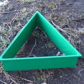 Треугольная металлическая грядка с двухсторонним полимерным покрытием